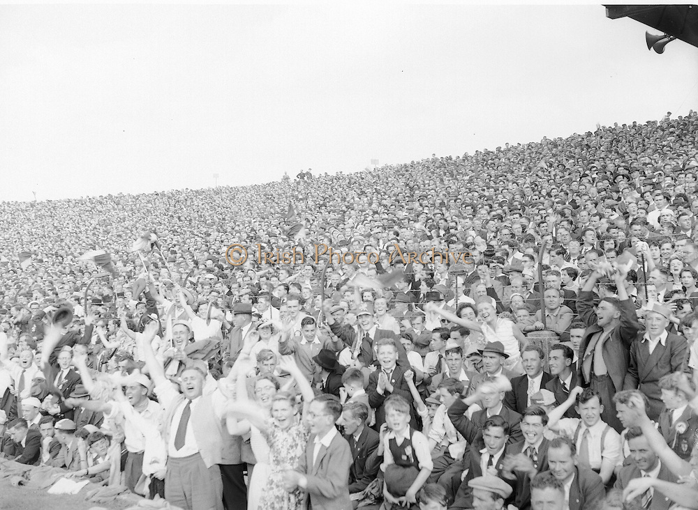 Neg No: 860/a1769-a1778,..4091955AISHCF,....04.09.1955, 09.14.1955, 4th September 1955,...All Ireland Senior Hurling Championship - Final,..Wexford.03-13,.Galway.02-08,..