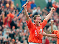 BLOEMENDAAL 30.04.2000. Hockey Bloemendaal-Den Bosch 5-0. Remco van Wijk (l) en Jaap Derk Buma juichen nadat Van Wijk heeft gescoord voor Bloemendaal. ANP Foto Olaf Kraak