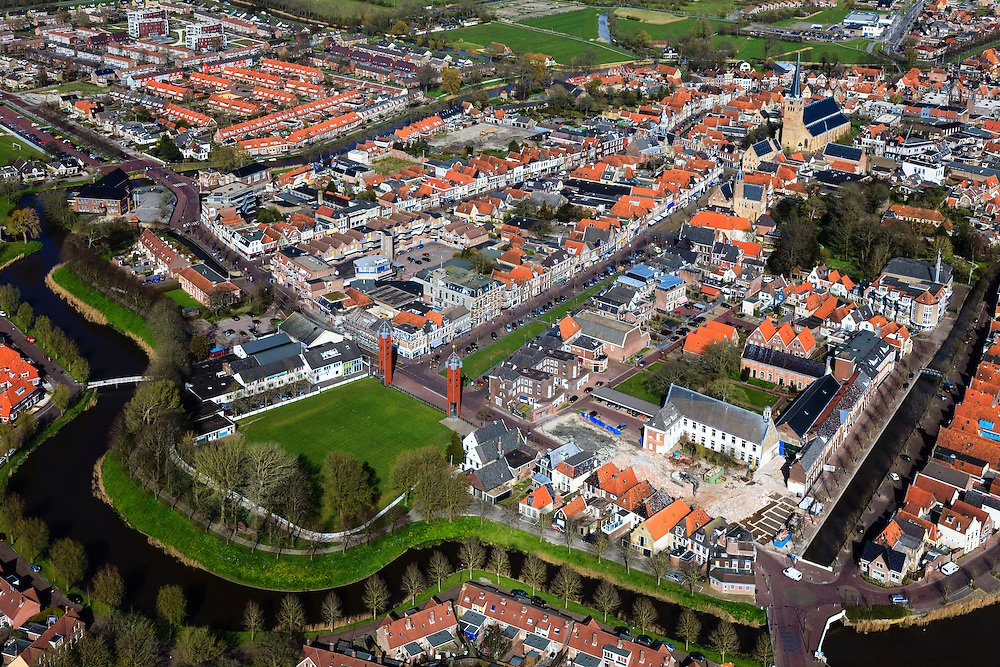 Nederland, Friesland, Gemeente Frankeradeel, 16-04-2012; overzicht Franeker, een van de Friese elf steden, Voorstraat richting Martinikerk. In de voorgrond het toernooiveld Sternse Slotland (Sjukelan) van de PC (kaatswedstrijd).Old and new residential areas of the city of Franeker with a playing field for a traditional ball game and surroudings. Franeker is part of the famous skating tour Elfstedentocht on natural ice. .luchtfoto (toeslag), aerial photo (additional fee required);.copyright foto/photo Siebe Swart