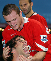 Fotball<br /> Premier League 2004/05<br /> Manchester United v Arsenal<br /> 24. oktober 2004<br /> Foto: Digitalsport<br /> NORWAY ONLY<br /> Wayne Rooney congratulates fellow scorer Ruud Van Nistlerooy after his penalty made it 1-0