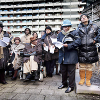 Nederland, Amsterdam , 1 maart 2010..In de G-buurt in Zuidoost is maandagmiddag het Hilly Axwijkplantsoen onthuld. Daarbij was haar zoon presentator Humberto Tan aanwezig..Hij onthulde samen met zijn zus Palmira en de stadsdeelbestuurders Elvira Sweet en Els Verdonk het naambord van het plantsoen. Hilly Axwijk (1934- 2004) was een zeer actieve en trotse bewoonster van Zuidoost. Ze maakte zich sterk voor vrouwenemancipatie en was onder andere medeoprichtster van de Stichting Surinaamse Vrouwen Bijlmermeer..Het plantsoen is er gekomen op voorspraak van een aantal bewoonsters van Zuidoost. Zij vonden dat Axwijk een voorbeeld is voor bewoners van het stadsdeel. Door een plantsoen naar haar te vernoemen, kan ze volgens de initiatiefnemers altijd herinnerd worden door de buurt..Foto:Jean-Pierre Jans