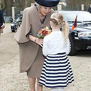 NLD/Apeldoorn/20190402 - Beatrix opent tentoonstelling The Garden of Earthly Worries, Prinses Beatrix krijgt een bloemetje