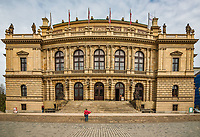 Prague, la ville aux mille tours et mille clochers, n'a pas seulement inspire Andre Breton et les surrealistes. Chaque annee, la belle Tcheque seduit des millions d'admirateurs du monde entier. Monuments, façades et statues racontent une histoire mouvementee ou planent les ombres du Golem, de Mucha ou de Kafka.<br /> Depuis 1992, le centre ville historique est inscrit sur la liste du patrimoine mondial par l'UNESCO<br /> Rudolfinum. C'est le siege de l'orchestre philharmonique tcheque. Il renferme un bijou d'acoustique : la salle Dvorak.