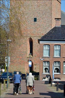 Nederland, Loppersum, 15-4-2015Twee oudere dames lopen over de markt in het centrum van dit dorp in Groningen.FOTO: FLIP FRANSSEN/ HOLLANDSE HOOGTE