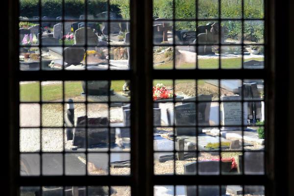 Nederland, Herveld, 9-9-2012Door de glas in loodraam van de nederlands hervormde kerk kijk je uit op het kerkhof.Foto: Flip Franssen