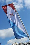 In Amsterdam worden de laatste voorbereidingen getroffen voor de troonswisseling op 30 april. <br /> <br /> The final preparations for the crowning on April 30, in Amsterdam.<br /> <br /> Op de foto / On the photo:  Vlaggen / Flags
