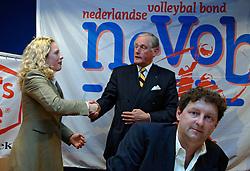12-05-2005 VOLLEYBAL: TEAMPRESENTATIE: AMSTELVEEN<br /> Sophia Eilers van Mikasa en Hans Nieukerke<br /> ©2005-WWW.FOTOHOOGENDOORN