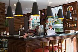 O primeiro Chalé foi inaugurado em 22 de novembro de 1885, como um quiosque para venda de sorvetes. Foi tombado pelo Patrimônio Histórico Municipal, mantendo contudo sua função de restaurante. Constitui até os dias de hoje uma área de encontros e lazer bastante frequentada no centro porto-alegrense. FOTO: Marcos Nagelstein/Preview.com