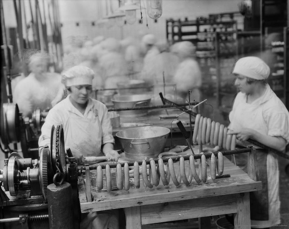 Stuffing Vienna sausages (also called Frankfurter sausage), Efha Werke, Berlin, 1928