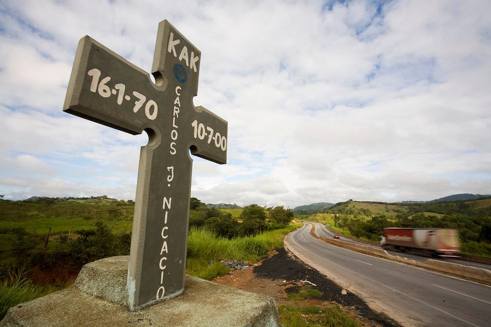 Oliveira_MG, Brasil...Cruz no local do acidente na rodovia...A cross in the place of accident in the motorway...Foto: LEO DRUMOND / NITRO