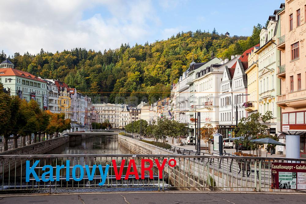 20-09-2015: Stadscentrum in Karlovy Vary (Karlsbad), Tsjechië. Foto: Het kleurrijke centrum