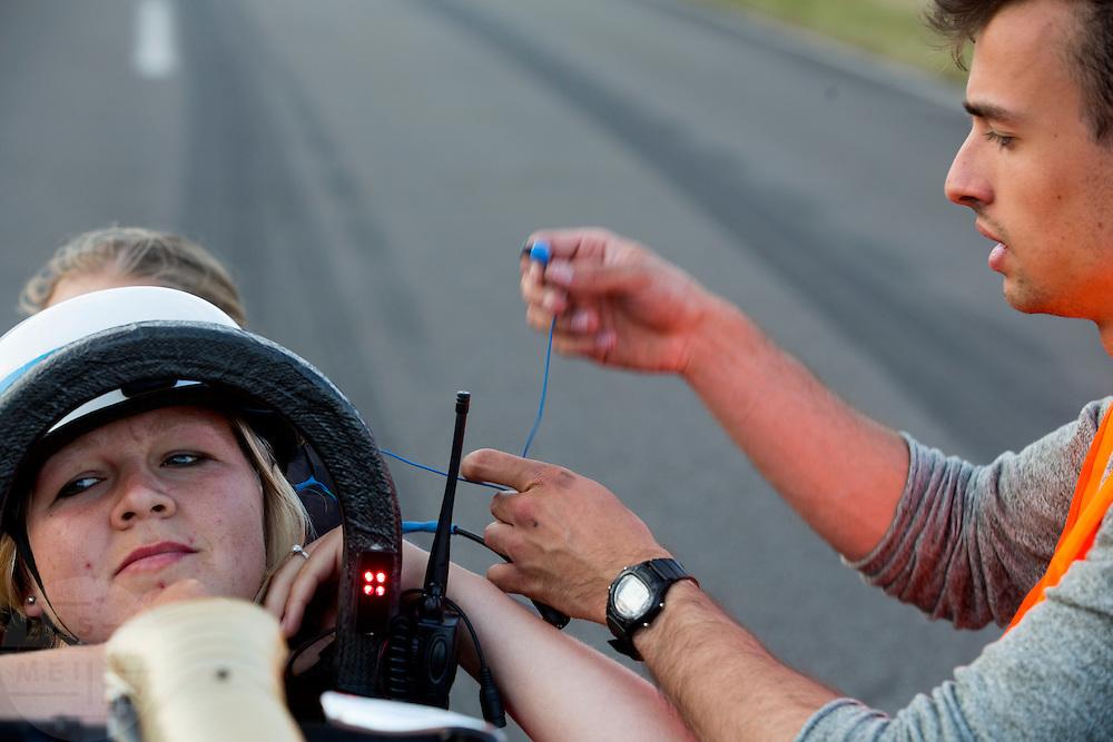 Liekse Yntema wordt in de VeloX IV geholpen. Het Human Power Team Delft en Amsterdam (HPT), dat bestaat uit studenten van de TU Delft en de VU Amsterdam, is in Senftenberg voor een poging het laagland sprintrecord te verbreken op de Dekrabaan. In september wil het HPT daarna een poging doen het wereldrecord snelfietsen te verbreken, dat nu op 133 km/h staat tijdens de World Human Powered Speed Challenge.<br /> <br /> With the special recumbent bike the Human Power Team Delft and Amsterdam, consisting of students of the TU Delft and the VU Amsterdam, is in Senftenberg (Germany) for the attempt to set a new lowland sprint record on a bicycle. They also wants to set a new world record cycling in September at the World Human Powered Speed Challenge. The current speed record is 133 km/h.