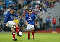 Fotball - Vålerenga - Stabæk 0-2 Ullevål stadion 21. juli 2002. Ketil Rekdal fyrer av et innøvd frispark fra 25 meter. Til høyre Stian Ohr. <br /> <br /> Foto: Andreas Fadum, Digitalsport
