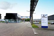 Nederland, Arnhem, 26-7-2017Gebouwen van de vestiging van akzo-nobel. Toegangspoort, portier, van de vestiging op industrieterrein Kleefse Waard. In de fabriek van AkzoNobel op de Kleefse Waard maken zo'n 70 werknemers de op hout- en katoencellulose gebaseerde stof CMC.  In Arnhem is ook de Central services Units afdeling van het bedrijf gevestigd. Tot 2008 was hier het hoofdkantoor van de multi-national.Foto: Flip Franssen