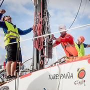 © Maria Muina I MAPFRE. Maneuver of taking out the mast for the refit. Maniobra de sacar el mástil del barco para su puesta a punto.