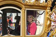 """Aankomst koninklijke familie in de gouden koets bij Paleis Nooreinde voor de """"balkonscène""""op Prinsjesdag 2012. /// Arrival royal family in the golden coach at palace Noordeinde on """"Prinsjesdag""""in The Hague<br /> <br /> Op de foto / On the photo: <br />  Prinses Máxima in de gouden koets"""