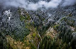 THEMENBILD - ein Gebirgsbach fliesst inmitten eines teilweise mit Schnee bedecktem Waldgebiet in den Bergen aufgenommen am 28. April 2019 in Kaprun, Oesterreich // a mountain stream in the middle of a partially snow-covered forest area in the mountains in Kaprun, Austria on 2019/04/28. EXPA Pictures © 2019, PhotoCredit: EXPA/ JFK