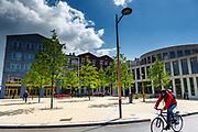 Een fietser rijdt langs het winkelcentrum Leidsche Rijn Centrum in de vinex-wijk Leidsche Rijn bij Utrecht.<br /> <br /> A cyclist passes the shopping center Leidsche Rijn Centrum.