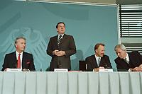 11 JUN 2001, BERLIN/GERMANY:<br /> Ulrich Hartmann, Vorstandsvorsitzender der E.ON AG, Gerhard Schroeder, SPD, Bundeskanzler, Juergen Trittin, B90/Gruene, Bundesumweltminister, und Werner Mueller, Bundeswirtschaftsminister, (v.L.n.R.) nach der Unterzeichnung einer Vereinbarung zwischen der Bundesregierung und den Kernkraftwerksbetreibern zur geordneten Beendigung der Kernenergie, Bundeskanzleramt, Willy-Brand-Strasse<br /> IMAGE: 20010611-03/02-25<br /> KEYWORDS: Energiekonsens, Atomkonsens, Kernkraft, Kernenergie, Konsens, Energieversorgungsunternehmen, Unterschrift, Gerhard Schröder, Jürgen Trittin, Werner Müller