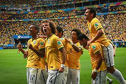 Jogadores comemoram gol do Brasil na partida contra Camarões, válida pela terceira rodada do Grupo A da Copa do Mundo 2014, no Estádio Nacional Mané Garrincha, em Brasília-DF. FOTO: Jefferson Bernardes/ Agência Preview