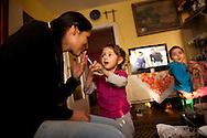 Fast auf einer -Insel der Glückseligen-<br /> leben 25 Familien in Düsseldorf.<br /> Sie kommen aus einem Dorf in Rumänien,<br /> sind vor der Armut geflohen und<br /> haben beim Straßenmagazin fiftyfifty  eine neue Heimat  gefunden.