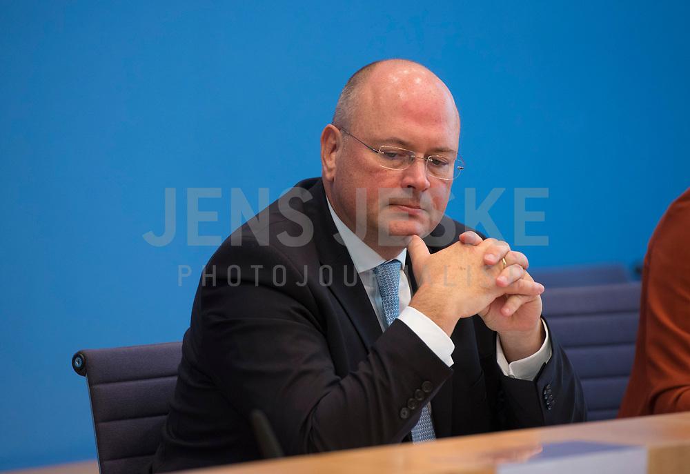 DEU, Deutschland, Germany, Berlin, 11.10.2018: BSI-Präsident Arne Schönbohm in der Bundespressekonferenz bei der Vorstellung des Lageberichtes des Bundesamtes für Sicherheit in der Informationstechnik (BSI).