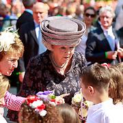 NLD/Weert/20110430 - Koninginnedag 2011 in Weert, Beatrix en zus Margriet ontvangen bloemen van bloemenmeisjes