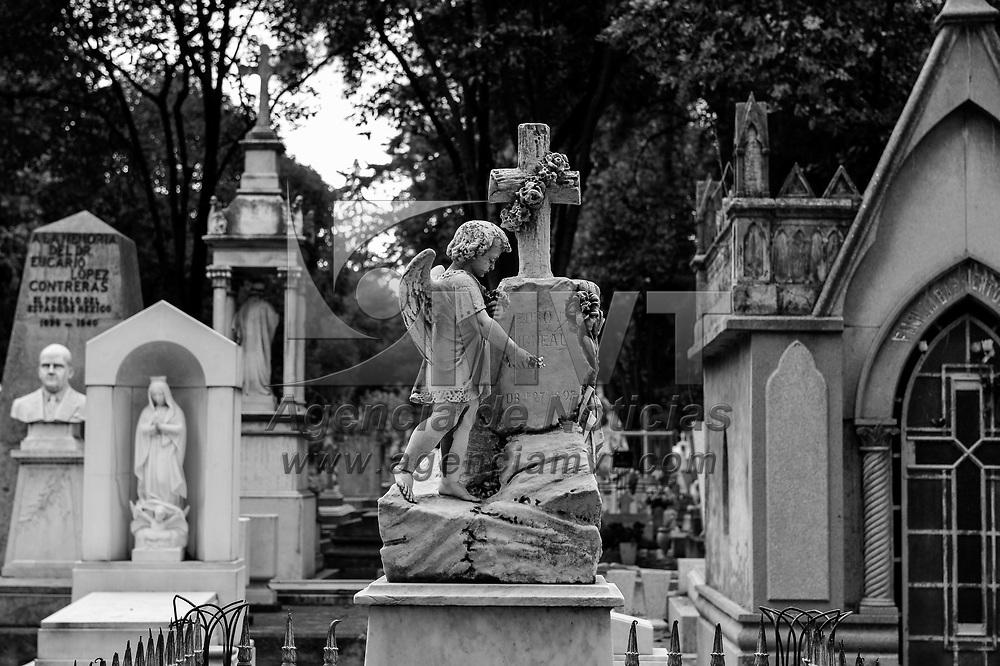 """Toluca, México.- El panteón General """"La Soledad"""" tiene 136 años y se estima que en sus 28 mil fosas, distribuidas en una superficie de 12 hectáreas, yacen los restos de 118 mil personas.<br /> La tumba más antigua de la que se tiene registro pertenece a Quirino Salazar, sepultado el 17 de mayo de 1884.<br /> Existen todo tipo de monumentos y hermosas figuras funebres, talladas en piedra y mármol que invitan a la reflexión sobre la vida y la muerte. Agencia MVT / Mario Vázquez de la Torre."""