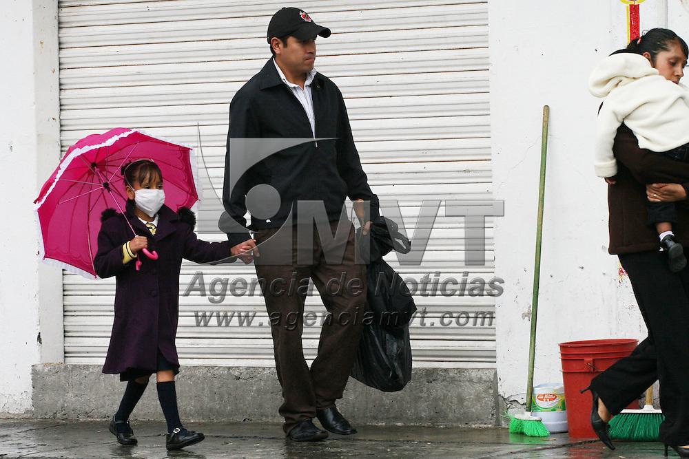 SAN MATEO ATENCO, México.- Padres de familia cuidan a sus hijos de las constantes lluvias al llevarlos a los últimos días de clases. Agencia MVT / José Hernández. (DIGITAL)