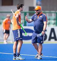 RAIPUR (India) . Oranje trainde vandaag licht voor de halve finalewedstrijd tegen Australie van morgen in  Hockey World League finale ronde.  coach Max Caldas (Ned) in gesprek met Niek van der Schoot . ANP KOEN SUYK