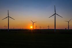 THEMENBILD - Windkrafträder im Windpark Parndorf im letzten Abendlicht, am Montag den 14. September 2020 // Wind turbines in the Parndorf wind farm in the last evening light, on Monday 14 September 2020. EXPA Pictures © 2020, PhotoCredit: EXPA/ Johann Groder