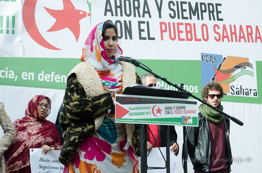 Madrid, Spain. 12th November, 2016. Saharawi activist Hayat Ergueibi giving a speech at the end of the demonstration for a free Sahara.