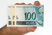 Belo Horizonte _ MG, 04 de Abril de 2008<br /> <br /> Nota de 100 reais.<br /> Foto: BRUNO MAGALHAES / AGENCIA NITRO