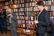 Boekpresentatie De Clintons van Twan Huys bij zijn uitgeverij in Amsterdam.<br /> <br /> op de foto:  Twan Huys en Geert Mak aan wie hij het eerste exemplaar geeft