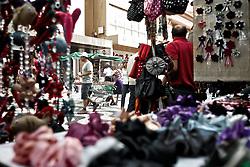Caracterizado como um complexo de lojas populares, o Shopping do Porto apresenta em sua infraestrutura mais de 800 lojas no ramo de vestuário, acessórios e artigos eletrônicos, bem como praça de alimentação e serviços. O camelódromo conta ainda com terminais de ônibus para linhas urbanas e metropolitanas. FOTO: Marcelo Campos/Preview.com