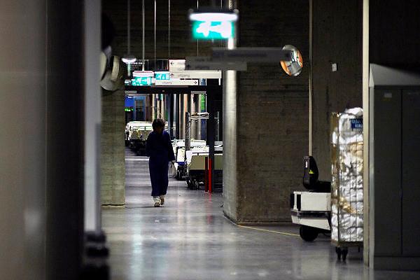 Nederland, Nijmegen, 16-7-2005..Patient loopt in de nacht door een gang van het..ziekenhuis UMC Radboud. Nachtdienst, veiligheid, angst, gevoel van onveiligheid, donker, onzeker, openbaar gebouw, diefstal, criminaliteit...Foto: Flip Franssen