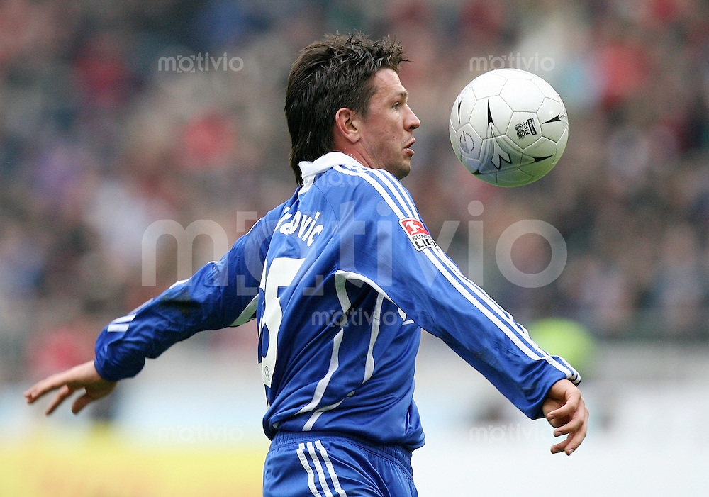 Fussball  1. Bundesliga  Saison 2006/2007 Zlatan BAJRAMOVIC (FC Schalke 04), Einzelaktion am Ball