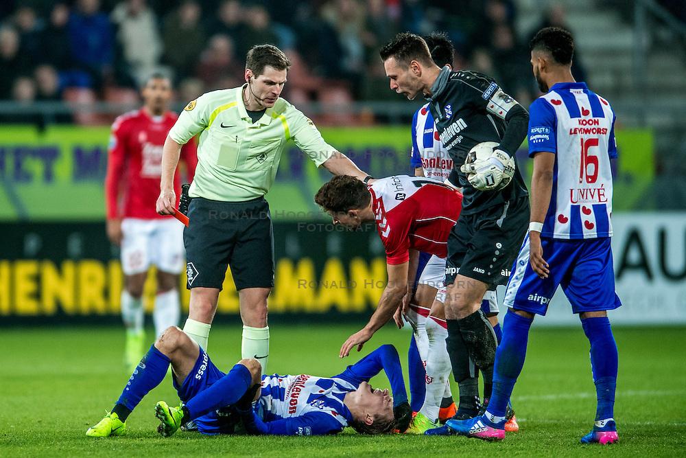 05-02-2017 NED: FC Utrecht - Heerenveen, Utrecht<br /> 21e speelronde van seizoen 2016-2017, Nieuw Galgenwaard / Scheidsrechter Jochem Kamphuis geeft Andreas Ludwig #11 DUI de rode kaart
