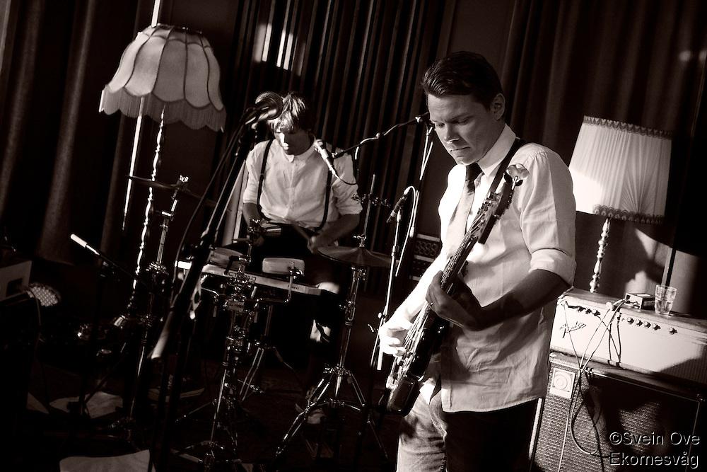 Intimkonsert med Mahogni på Ocean Sound Recordings på Giske. Marius L. Petersen på vokal/gitar, Hogne Aarflot på bass, Jan Ivar Wolstad på trommer og Erlend Alm Lerstad på tangenter.<br /> Foto: Svein Ove Ekornesvåg