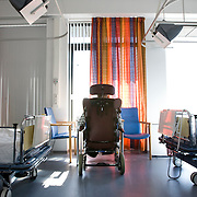 Nederland Rotterdam  31-08-2009 20090831 Foto: David Rozing .Serie over zorgsector, Ikazia Ziekenhuis Rotterdam. Afdeling neurologie, stroke unit,een oude man die een hersenbloeding, beroerte heeft gehad zit in een rolstoel bij het raam alleen op zaal.  An old patient who suffered a stroke, in a wheelchair sitting alone in dorm room hospital room. .Na een ernstige beroerte wordt u opgenomen in een gespecialiseerde afdeling of een afdeling intensieve zorgen van het ziekenhuis. Na de eerste 24 uur is het nodig om een aangepast revalidatieprogramma te starten.     ..Foto: David Rozing ..Holland, The Netherlands, dutch, Pays Bas, Europe, nursing, aansterken, Holland, The Netherlands, dutch, Pays Bas, Europe, oud, oude, op leeftijd, revalidatie, revalideren, revalidation, lege, leeg, alleen, eenzaam, eenzaamheid, , mobiliteit, niet mobiel zijn, verlamd zijn, niet goed kunnen lopen, ouderen,,copy space, ruimte voor tekst,ziekenhuiszaal,ziektekosten,zorgverlening,oud ,ouderen, bejaard, bejaarde, bejaarden, op leeftijd zijn, oude van dagen, ouderenzorg, bejaardenzorg, man, achter de geraniums zitten, alleen zijn, eenzaam, eenzaamheid, ouderdom