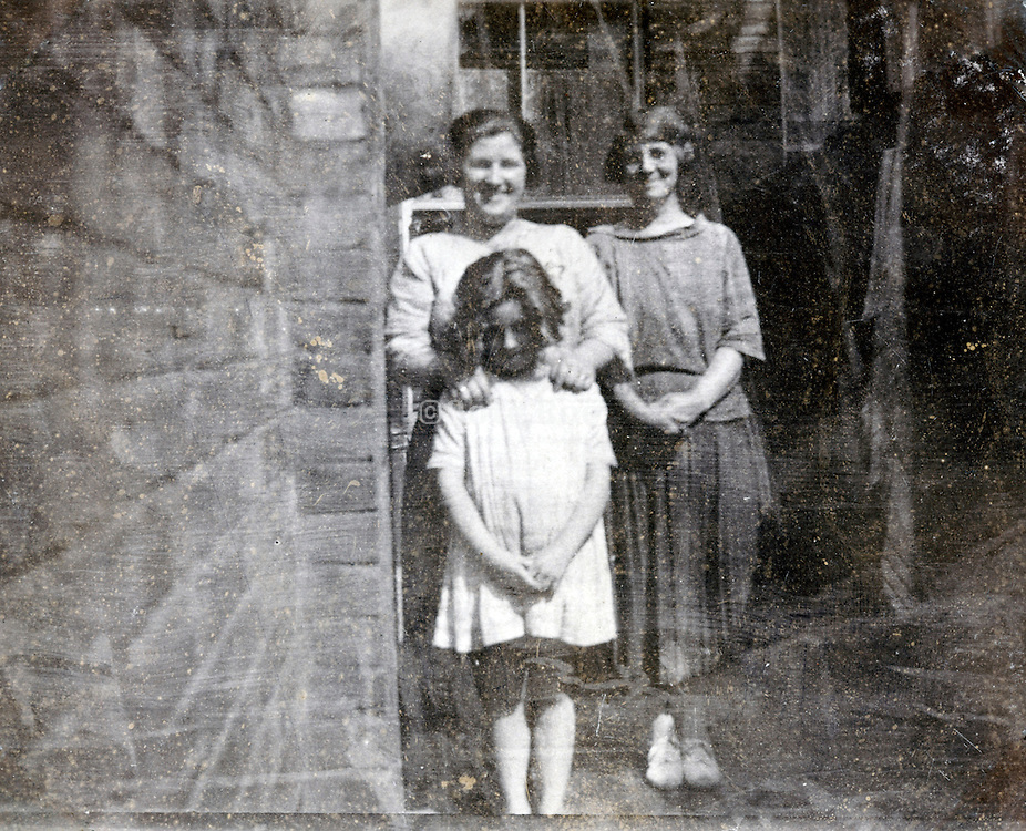 posing child mother and friend 1900s England