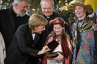 04 JUN 2008, BERLIN/GERMANY:<br /> Angela Merkel, CDU, Bundeskanzlerin, schaut einem der Heiligen drei Koenige in die Goldtruhe, waehrend dem Empfang der Sternsinger im Bundeskanzleramt<br /> IMAGE: 20080104-01-014<br /> KEYWORDS: Heilige drei Koenige, Heilige drei Könige, Kanzleramt