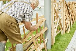 THEMENBILD - ein Mann schlichtet einen original Pinzgauer Holzzaun auf, aufgenommen am 25. August 2019, Piesendorf, Österreich // a man sizing up an original Pinzgauer wooden fence on 2019/08/25, Piesendorf, Austria. EXPA Pictures © 2019, PhotoCredit: EXPA/ Stefanie Oberhauser