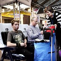 Nederland, Amsterdam , 16 februari 2013..De huishoudbeurs in de RAI is weer in volle gang. Vrouwen jagen op huishoudelijke koopjes en hun mannen volgen lijdzaam en verveeld..Foto:Jean-Pierre Jans