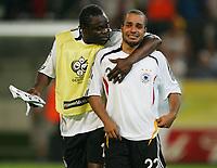 Fotball<br /> VM 2006<br /> Semifinale 04.07.2006<br /> Tyskland v Italia 0-2 eeo<br /> Foto: Witters/Digitalsport<br /> NORWAY ONLY<br /> <br /> v.l. Gerald Asamoah troestet David Odonkor<br /> Fussball WM 2006 Halbfinale Deutschland - Italien 0:2 n.V.