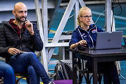 30-03-3018 NED: Nederland - Wit Rusland, Arnhem<br /> De Nederlandse volleybal meisjes jeugd spelen hun eerste oefeninterland op Papendal in Arnhem tegen Wit Rusland en wonnen met 3-0 / Coach Jamie Morrison, scout Rianne Verhoek