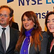 NLD/Amsterdam/20110125 - Opening Amsterdamse Effectenbeurs door cast Legally Blond, Laura Vlasblom en Kim-Lian van der Meij kijken met volle interesse naar de Aex index