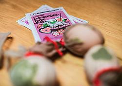 THEMENBILD - vor Ostern werden Eier mit Kräutern und Blüten auf traditionelle Art gefärbt, aufgenommen am 19. April 2019, Kaprun, Österreich // before Easter eggs are coloured with herbs and flowers in the traditional way on 2019/04/19, Kaprun, Austria. EXPA Pictures © 2019, PhotoCredit: EXPA/ Stefanie Oberhauser