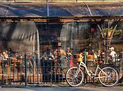 """""""Bunkier Cafe"""", kawiarnia pośrodku Krakowskich Plant."""
