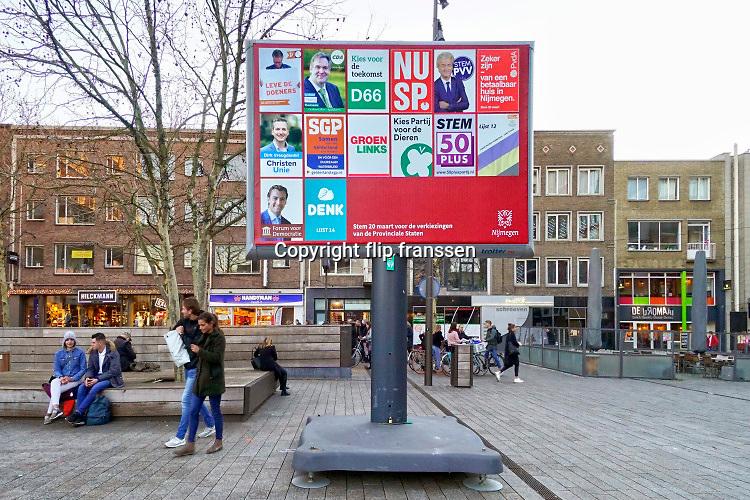 Nederland, Nijmegen, 17-2-2019 Verkiezingsbord in de binnenstad waarop affiches voor de komende provinciale verkiezingen zijn aangebracht. De Nijmeegse borden zijn duurzaam .Foto: Flip Franssen